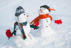 两个雪人-一对可爱的夫妇 免版税库存照片