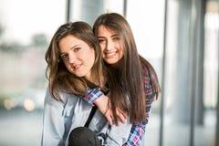 两个青少年女朋友笑 库存照片