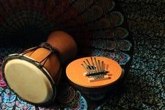 两个非洲乐器calimba,鼓在一条五颜六色的围巾说谎 图库摄影