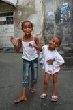 两个非洲黑人女孩在街道桑给巴尔石头城上使用 免版税库存图片