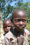 两个非洲黑人部落maasai孩子,兄弟姐妹 库存图片
