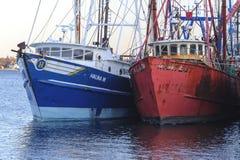 两个靠码头的渔船 免版税库存照片