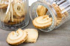 两个饼干玻璃瓶子用饼干 免版税图库摄影