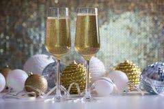 两个香槟玻璃和圣诞节球 库存照片