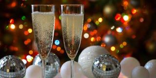 两个香槟玻璃和圣诞节球 免版税库存图片