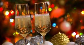 两个香槟玻璃和圣诞节球 免版税库存照片