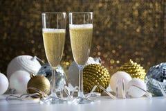 两个香槟玻璃和圣诞节球 库存图片