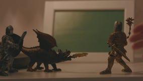 两个骑士和一条龙三小数值特写镜头在桌的表面和手,拾起一  股票视频