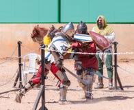 两个骑士-参加者在骑士节日在名单上战斗在戈伦公园在以色列 免版税库存图片