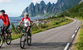 两个骑自行车者放松骑自行车 免版税库存照片