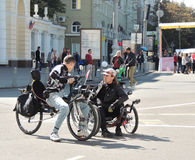 两个骑自行车者谈话 图库摄影