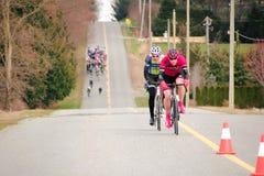 两个骑自行车者赛跑 库存图片
