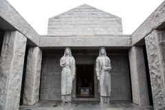 两个高雕象在njegos陵墓  图库摄影