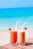两个鸡尾酒的图片在一张桌上的在海滩附近 免版税库存图片