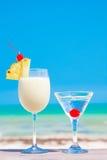 两个鸡尾酒的图片在一张桌上的在海滩附近 图库摄影