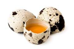 两个鹌鹑蛋和打破在白色,被隔绝 免版税库存图片