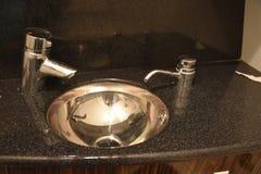 两个龙头、一个水槽和陶瓷在厨房里 库存图片