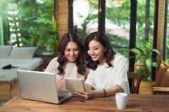 两个年轻亚裔女性同事在办公室 库存照片