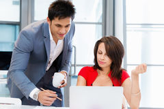 两个年轻人企业同事在办公室 库存照片