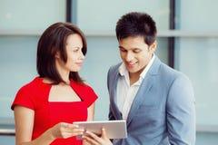 两个年轻人企业同事在办公室 库存图片
