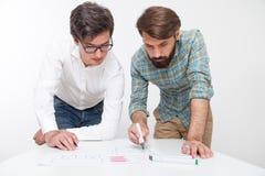 两个年轻人在桌上 免版税库存图片