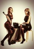 两个年轻人塑造有减速火箭的电话和葡萄酒打字机的妇女 图库摄影