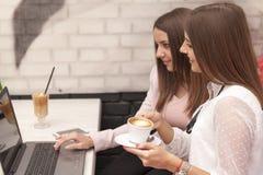 两个年轻人女商人在咖啡休息的一次会议 库存照片