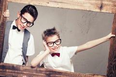 两个年轻典雅的兄弟画象  免版税库存照片