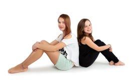 两个年轻女朋友 免版税库存照片