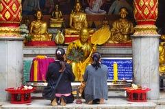 两个-妇女-祷告-泰国; 图库摄影