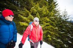 两个登山人在冬天 免版税库存图片