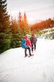 两个登山人在冬天 库存照片