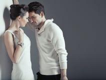 两个年轻恋人肉欲的场面  免版税库存照片