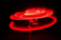 两个年轻恋人绘在火的心脏 夫妇和爱词剪影在黑暗的背景 图库摄影