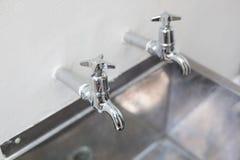两个轻拍和不锈钢厨房水槽 库存图片