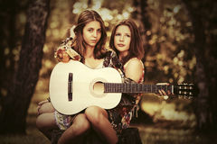 两个年轻时尚女孩在夏天森林里 免版税库存照片