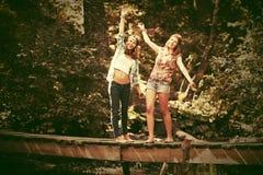 两个年轻时尚青少年的女孩在夏天森林里 库存照片
