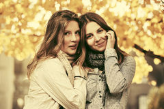 两个年轻时尚青少年的女孩在秋天公园 库存照片