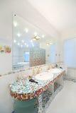 两个水槽和大镜子在宽敞卫生间里 图库摄影