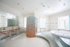 两个水槽和极可意浴缸与台阶在卫生间里。 免版税库存照片