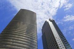 两个玻璃摩天大楼 免版税库存照片