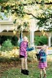 两个年轻白种人姐妹 免版税库存图片