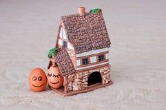 两个滑稽的微笑的鸡蛋  免版税图库摄影