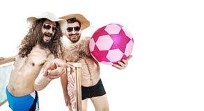 两个滑稽的朋友画象-被隔绝的海滩的 免版税库存照片