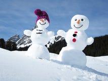 两个滑稽的雪人 免版税库存照片