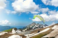 两个滑翔伞一前一后 库存照片