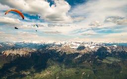 两个滑翔伞在法国阿尔卑斯 库存图片