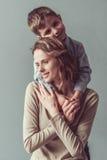 两个绿色牛仔裤妈妈儿子顶层佩带 免版税库存照片