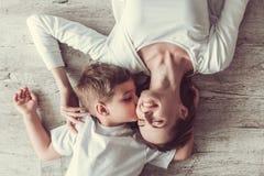 两个绿色牛仔裤妈妈儿子顶层佩带 免版税图库摄影