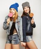 两个年轻行家女孩最好的朋友 免版税库存图片